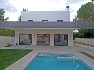 Chalet con jardín y piscina