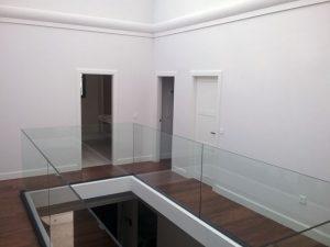 Patio interior de chalet con piscina